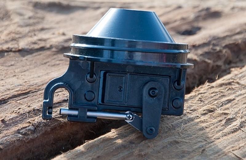 AguaDrone 的釣魚放餌器可掛上 2 磅的魚餌,用戶可通過無人機遙控器操作放下魚絲和魚餌。