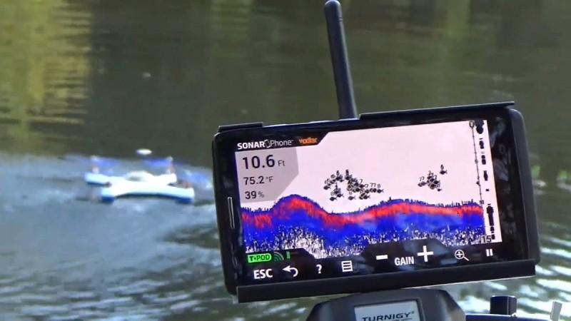 AguaDrone 的聲納探測器能夠探索最深 190 呎水深的魚群,並會將聲納影像傳送至智慧型手機或平板電腦。