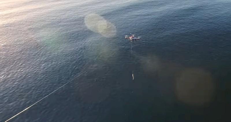 AguaDrone 釣魚無人機在空中懸停放餌的姿勢。