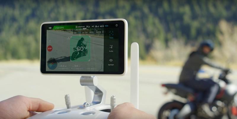 DJI Phantom 4 Pro 的遙控器增設高亮度顯示屏「Crystalsky」,讓用家在陽光照射下依然可看清 FPV 圖傳畫面,免去另裝手機或平板電腦的不便。