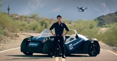 3D列印汽車自動駕駛開動!司機人手操作空拍機偵察遠方路面