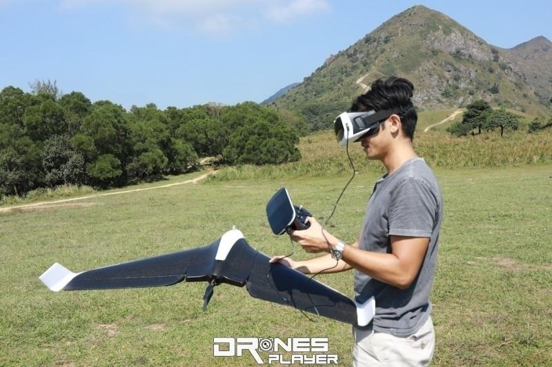 一手拿著遙控器,一手拋擲飛機也相當輕鬆。