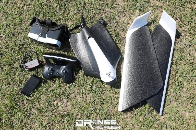 開箱後取出的 Parrot Disco 組件包括:無人機機身、固定翼、遙控器和 FPV 眼鏡。