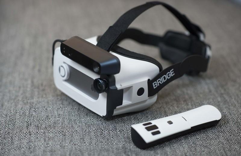 Bridge VR 眼鏡內置 6-DoF 位置追蹤系統,隨機附有藍牙遙控器。