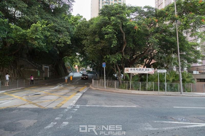 如駕車前往西寧街,可留意招商局碼頭貨倉路牌。