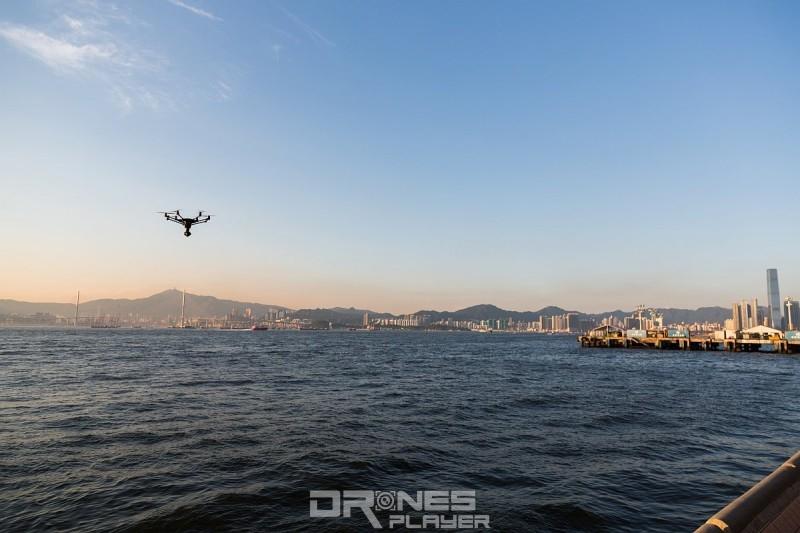 筆者在西寧街海旁對出海面,放飛 YUNEEC Typhoon H 航拍機(售價:HK$10,800,查詢: Windrider (27968723))。