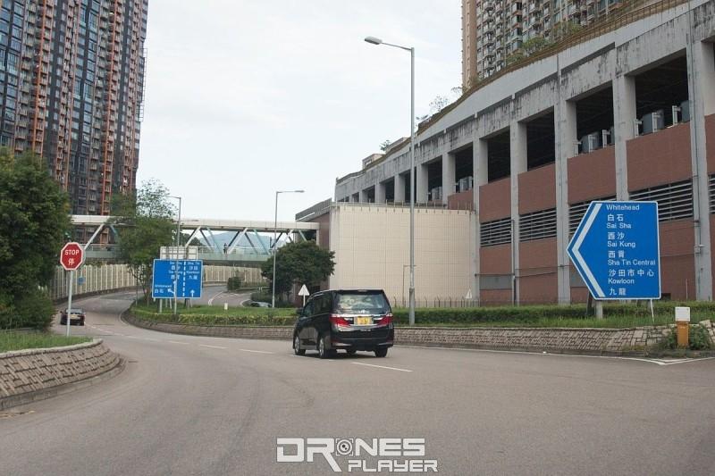 駕車接近西貢,會看到白石路牌,這時便要駛往白石方向。