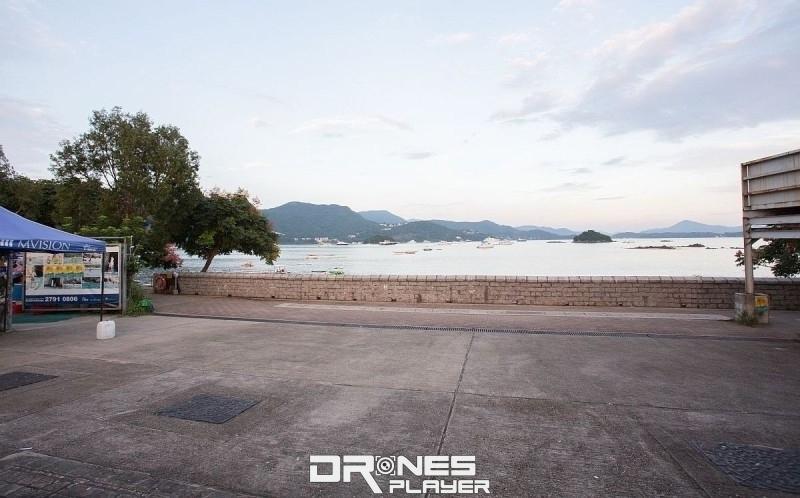 接近海旁處有一個大約 50 米 x 50 米的空地,適合航拍機升降。