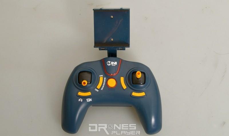 JXD 512W 遙控器與 PS4 遊戲主機控制器頗相似。