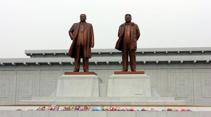 北韓新義州市金氏銅像