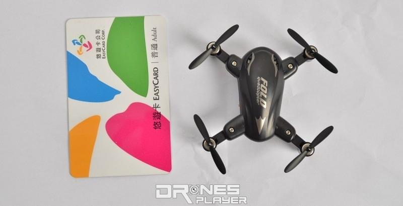 SY X31 無人機展開後,體積有 60mm x 60mm x 24mm,與台灣悠遊卡比較。