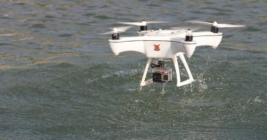 Xeno Sky 兩棲無人機挾 IP7 防水能力 雨中飛行•水面升降沒難度