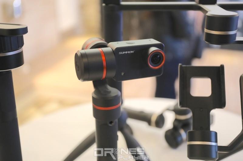 SUMMON+ 能拍攝 4K 影片,機身上設有 2 吋屏幕。