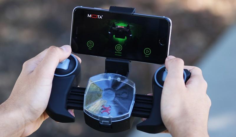 JETJAT ULTRA 的遙控器備有一鍵升降功能,又可裝上手機,接收經由 Wi-Fi 傳送的實時圖傳影像。