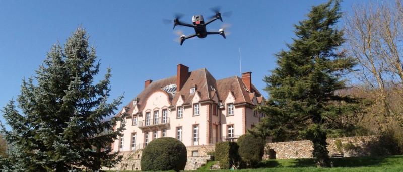 Parrot 也與地產中介公司合作,利用消費級航拍機 Bebop 來輔助繪製房產的 3D 模型。