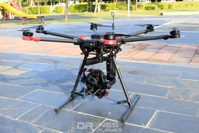 Sam 使用 DJI M600 無人機配合 Sony A7S 無反單眼相機進行縮時攝影。