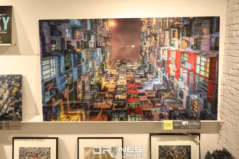 Andy Yeung 以往不少作品都以建築物為主,如這幅在鰂魚涌由地面拍攝大廈的照片。