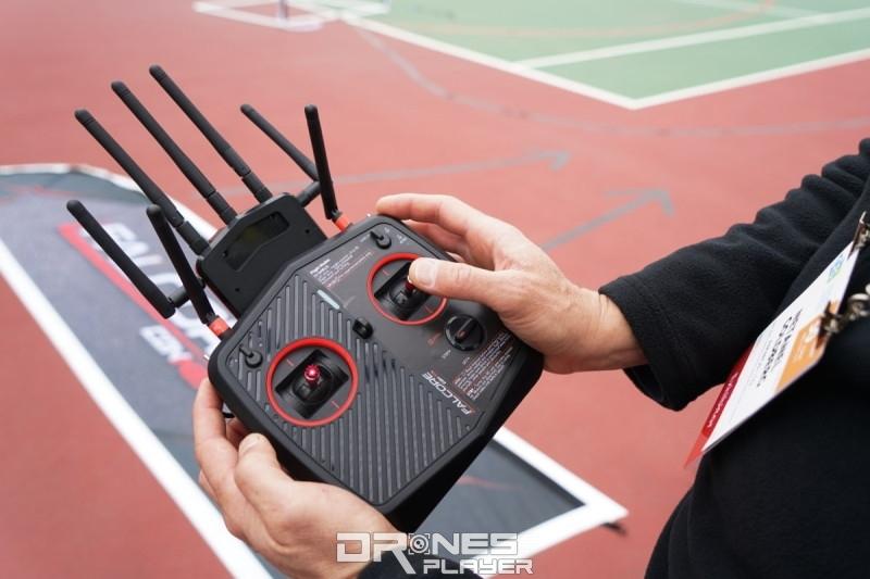 Amimon 稱,啟動 Shield 模式後,用戶只需以單手遙控 Falcore 飛行即可,以便慢慢熟習操作 FPV 穿越機。