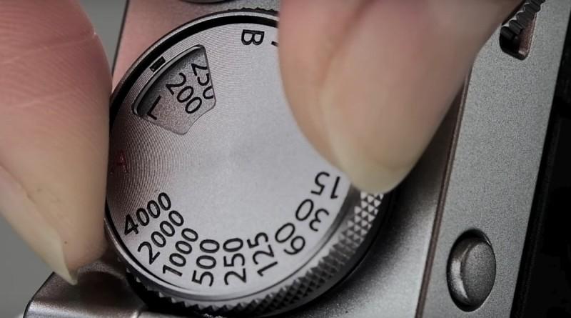 Fujifilm X100F 將感光度選項融入在快門轉盤之中,在一般情況下轉動可選擇快門速度,拉起轉盤則可選擇感光度。