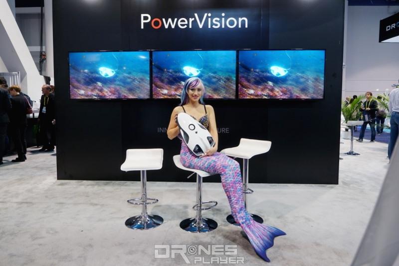 PowerVision 在 CES 2017 上的模特兒展示 PowerRay(全身照)