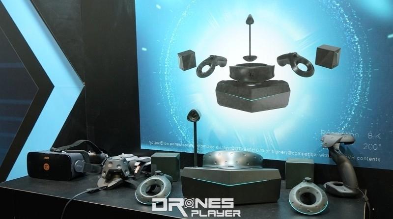 從配件上可見 8K VR 眼鏡具備兩個類似 HTC Vive 的 Base Station 小盒子,還有兩部手持控制器,以及外置視像鏡頭等。