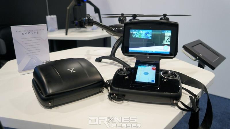 XDynamics Evolve 遙控器採用掀蓋式設計,掀開上蓋後,即可看到上下兩塊屏幕。