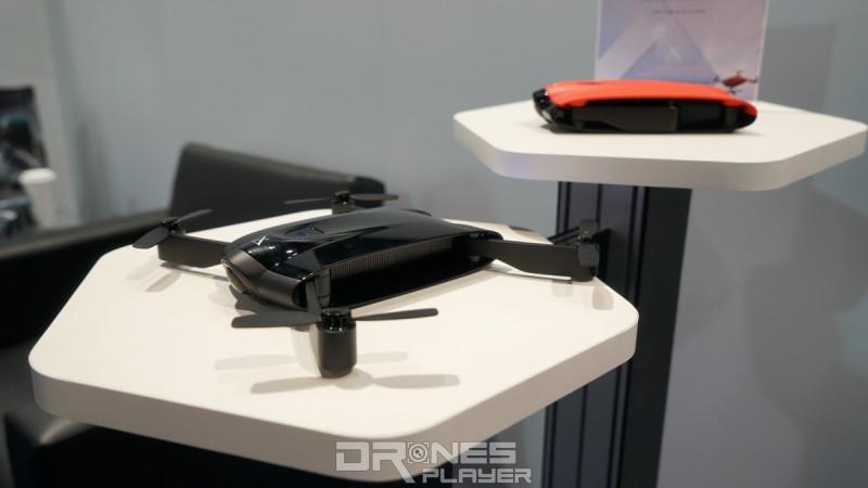 XDynamics Razor 的機身大小在自拍無人機中算是屬於中等,軸臂折疊後即可收入背包之中。攝於 CES 2017