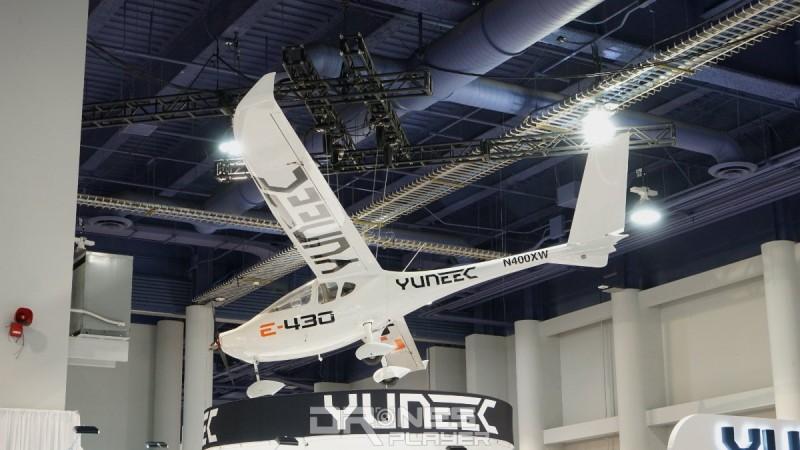 雖然有新品 Yuneec Typhoon H520 坐陣,但展位最注目的肯定是這台於 2009 年發布的 E-430!