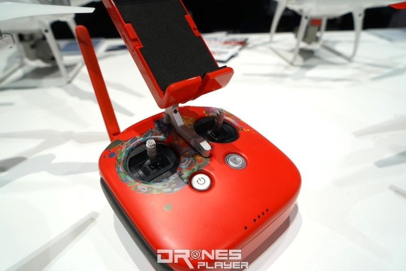遙控器與飛行器同樣以鮮紅搭七彩作配色。