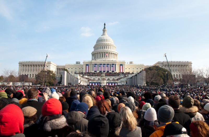 歐巴馬 2009 年就職總統時,白宮外聚集大量民眾慶祝。