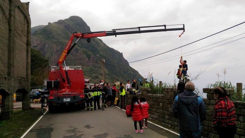 消防人員用吊臂救起被困男子。