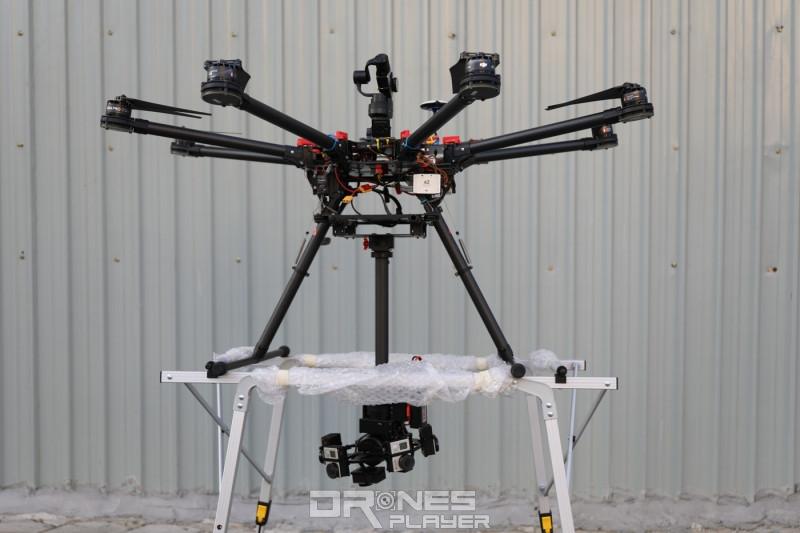 飛行平台要擺放在金屬框架上,始可進行升降。