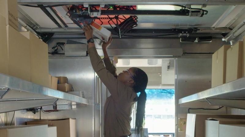 UPS 利用 Workhorse Horsefly 無人機系統測試家居送貨 - 速遞員裝貨