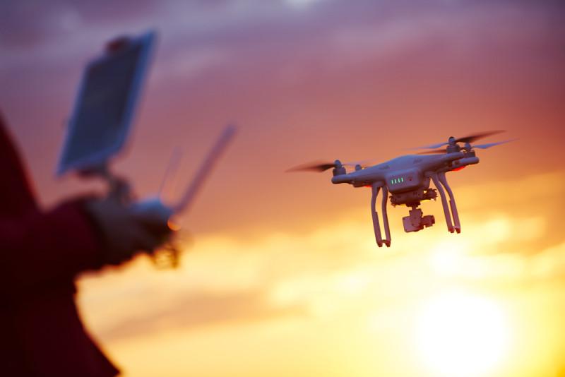 不少玩家操控無人機擅闖機場,迫使客機暫停升降。