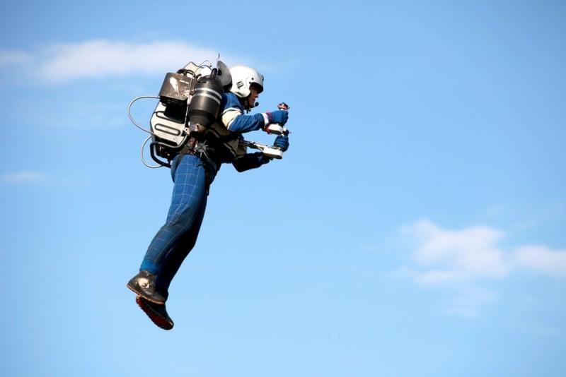 David Mayman 同時是公司的首席飛行員,經常親身示範用 Jetpack JB-9 飛行。