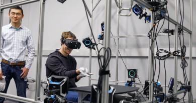 Mark Zuckerberg 扮蜘蛛人 試玩 Oculus 手套觸控虛擬實境