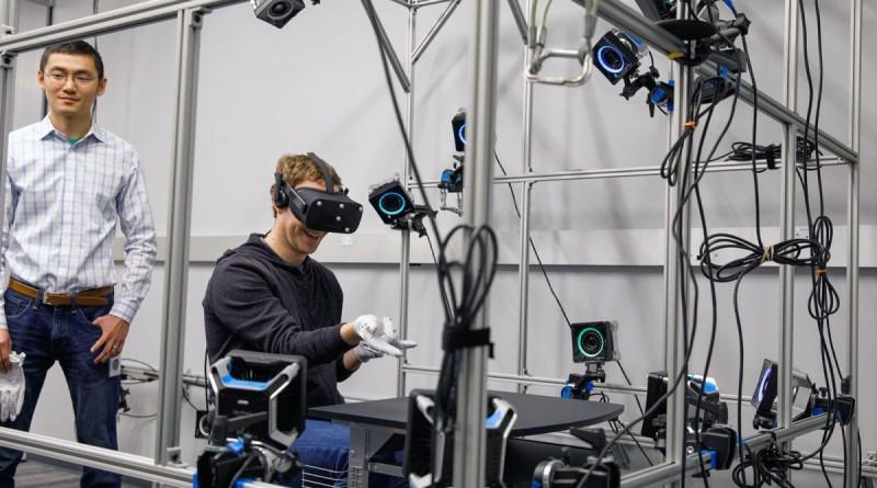 Facebook 教主 Mark Zuckerberg 扮蜘蛛人 試玩 Oculus 手套