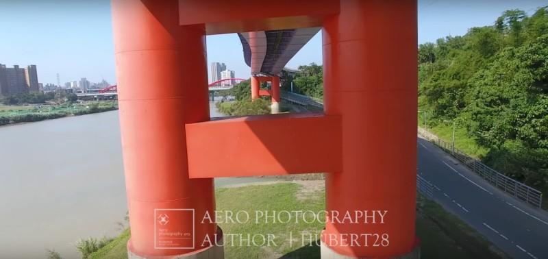休伯特操控空拍機穿越橋墩的畫面,視覺上帶來極大震撼力。