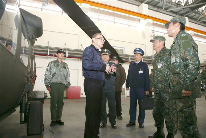 國防部長馮世寬巡視陸軍航空第 602 旅時,下令可直接擊落擅闖機場的空拍機。(圖片轉載至軍聞社)
