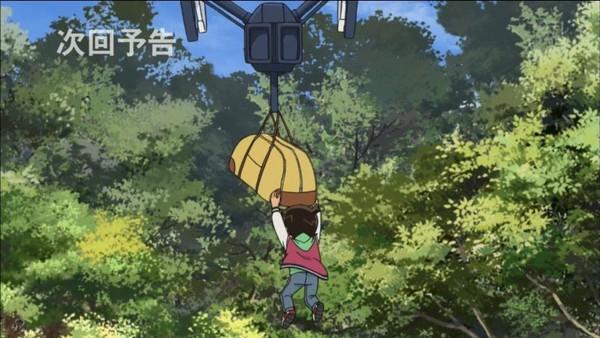 柯南被空拍機輕易吊走升空。