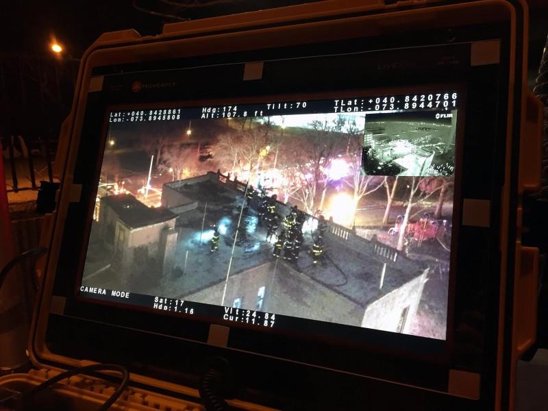 消防無人機可即時傳回圖傳火場影像,畫面右上角更可同步顯示紅外線熱影像。