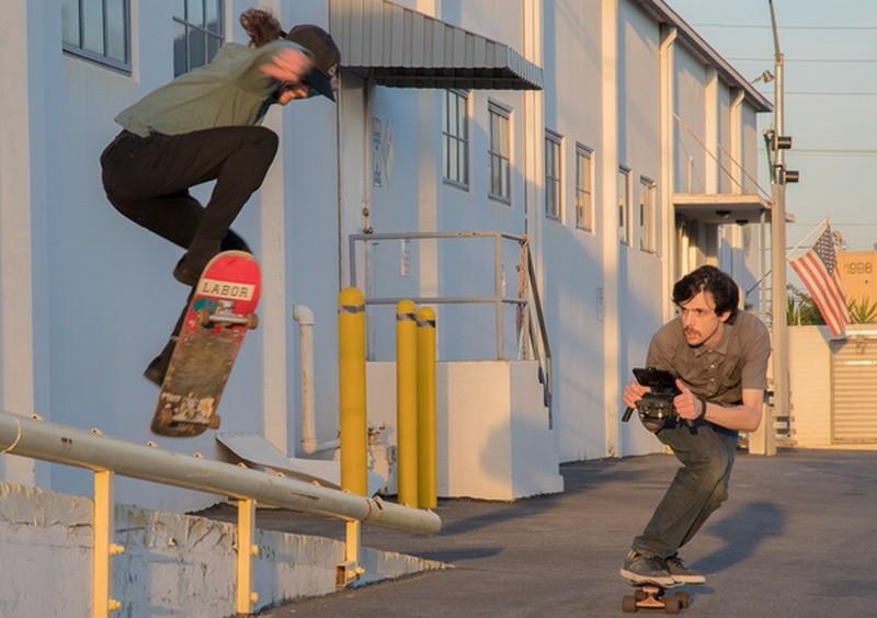 DJI Mavic Pro 裝上 Katana Mavic Tray 後,再配搭滑板,便可做出電影中常見的推軌鏡頭(DOLLY SHOT)效果。