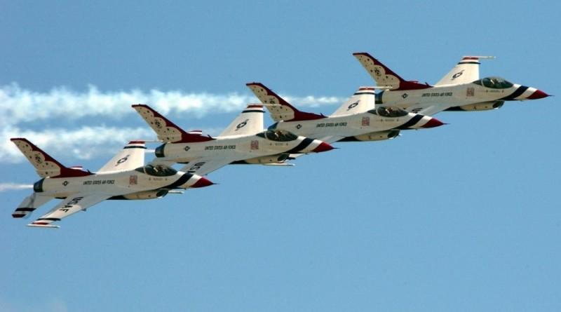 F-35 飛行員可指令 F-16 無人機機群執行防禦作戰,倖存的無人機則輔助 F-35 攻擊目標。 圖中為美國空軍雷鳥飛行表演隊正以 F-16 戰隼式戰鬥機在展示梯次編隊。