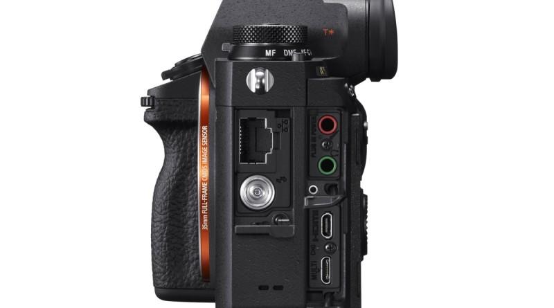Sony A9 機身竟具備 Caono EOS 1DX Mark II 與 Nikon D5 等高階單眼相機才擁有的局域網連接埠,支援直接以 FTP 方式上傳相片,這對新聞記者來說非常實用。