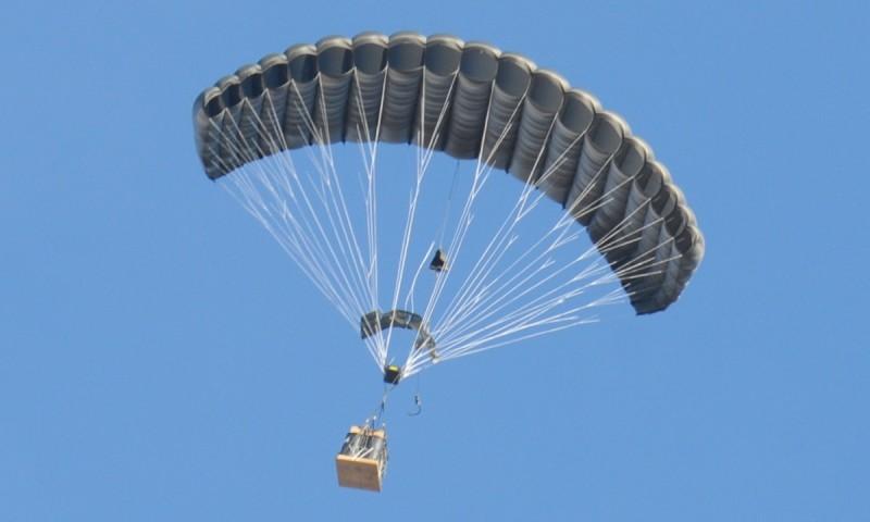 傳統的「聯合精準降落傘」 方式始終要飛機或直升機進入敵境進行空投,要冒著受炮擊的風險。