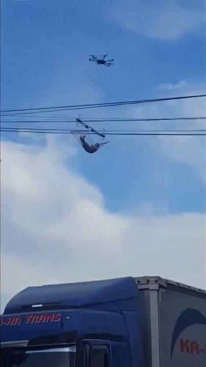 無人機掛著在喬治亞小鏔上空飛過,躺在吊床上的男生看似是怡然自得。