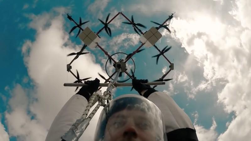Aerones 無人機跳傘 - 徒手抓著吊杆