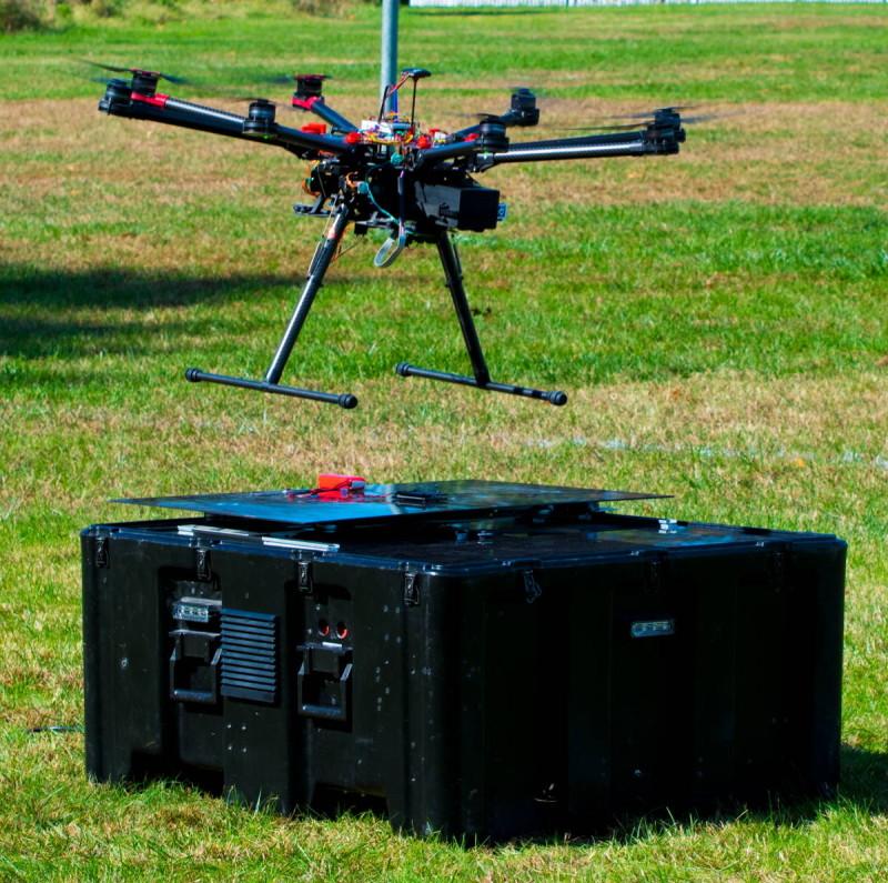 DJI Matrice 600 正降落在 Asylon DroneHome