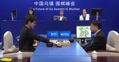 AlphaGo•柯潔世紀對弈:人機圍棋戰首局柯潔敗陣 僅負 1/4 子