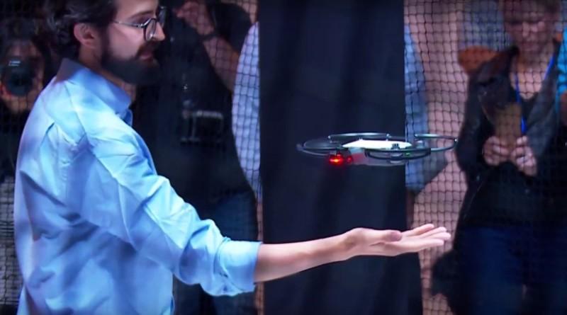 Zerotech Dobby 的掌上起飛功能尚且要用家在 APP 啟動,但 DJI Spark 卻容許用戶直接按下機身按鍵來執行,而且起飛後鏡頭還會對準用戶面孔。